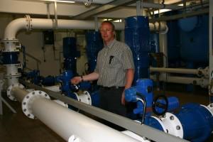 Henry Waidhas im Bereich der Pumpenabgänge im Keller des Wasserwerks...