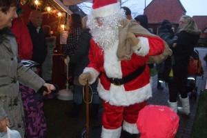 Feste Größe beim Weihnachtsmarkt des Norddorfer Gesangvereins... Der Weihnachtsmann