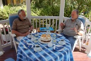 Der Amrumer Kapitän Hein Maeding und rechts Werner Huehn aus Hamburg, hören das Hafenkonzert und freuen sich auf das, was da auf dem Tisch steht...