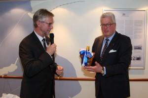 Manfred Müller-Fahrenholz Geschäftsführer der Neptun-Werft überreicht Taufflaschenhals an Axel Meynköhn