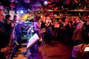 11 Musiker erzeugten Druck...