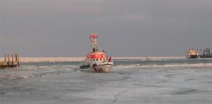 Vormann Leiss bricht im Seezeichenhafen den Eispanzer auf...