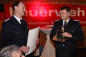 Bernd Schwiderski (re) vom Referat Brandschutz im Innenministerium läutet die nächsten 100 Jahre ein