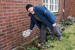 Georg Quedens zeigt die Hochwassermarke an seinem Haus