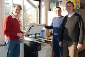 v.l.:  Lehrer Stephan Schlichting, Christoph Decker und Schulleiter Jörn Tadsen