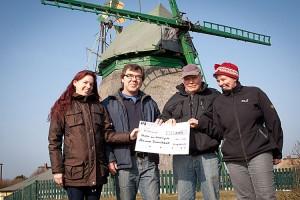 v.l.n.r.: Steffi Wollny, erster Vorsitzender Mühlenverein Volker Langfeld, Kassenwart Mühlenverein Erk Tadsen und Marret Dethlefsen