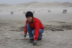 Handverlesen, Sofie Bonfert sammelt auch kleine Übeltäter aus dem Sand auf...
