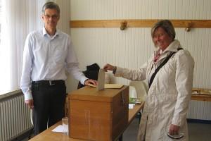 Wahlhelfer Ulf Jürgensen sorgte für den korrekten Einwurf...