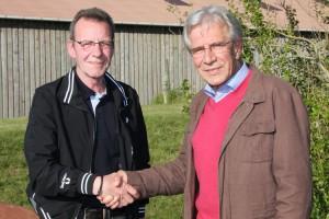 Bürgermeister Jürgen Jungclaus ehrt Harald Lemcke (li)