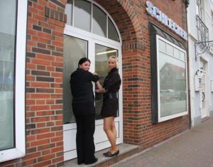 Saskia Langfort und Bianca Pucher schließen in Schwarz gekleidet die Tür ab...