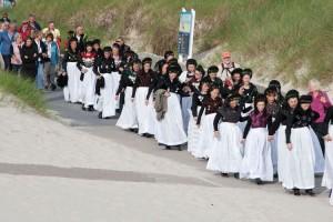 35 Trachtentänzerinnen auf dem Weg zum Feuer...