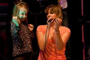 Die kleine Nele mit Sängerin Birte Schreiber