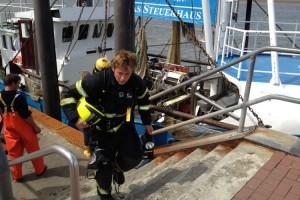 Das Feuer ist aus, die Atemschutzgeräteträger verlassen das Schiff...