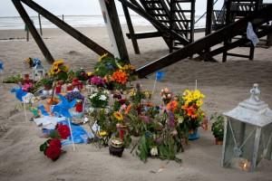 Blumen, Muscheln und Kerzen am Unfallort...