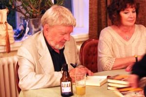 Krüger signiert sein Buch...