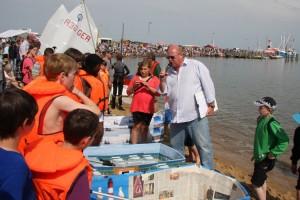 Vorstellen der Bootsmannschaften durch Regattaleiter Peter Lückel