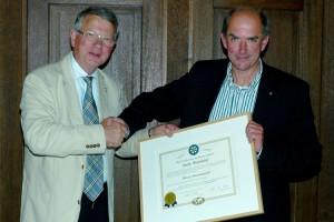 Dr. Ralf-Sigmar Simon (li) übergibt das  Zepter an Peter Heck-Schau...