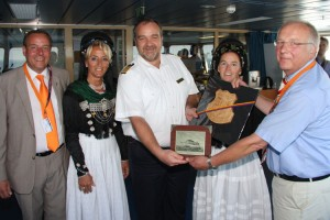Kleine Delegation von der Insel mit Kapitän Gottschalk...