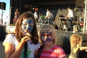 Gut gelaunte Besucher und die Band Windstärke Moin beim Hafenfest in Wittdün...