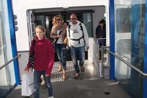 Die ersten Passagiere, die in Wittdün die Fähre über die Seiteneinstiege verließen...