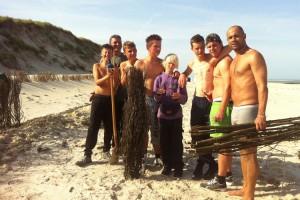 Sechs Jungs mit Jugendsozialarbeiter Kristof Neuhäuser...