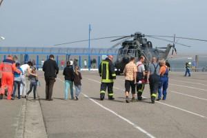 Transport der Kinder Richtung Hubschrauber...