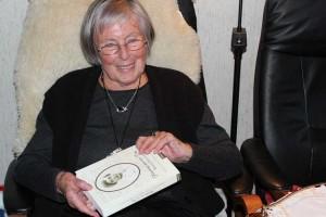Irmgard Hostmann mit ihrem Buch...