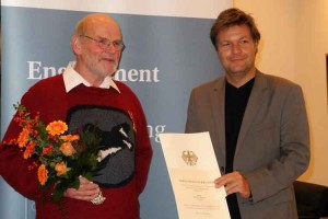 Dr. Robert Habeck  überreicht Dieter Kalisch die Urkunde...