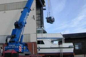 Motoren wurden demontiert und per Autokran aus dem Schiffsrumpf gehoben...
