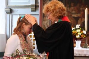 Pastorin Friederike Heinecke erteilt den Segen...