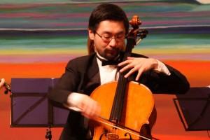 Solist Shengzhi Guo auf nur einer Seite seines Violocellos...