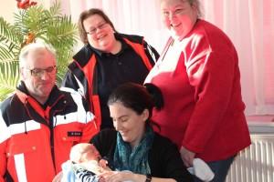 Die Rettungsassistenten Fritz mit Wolfgang Schulte, Melanie Stein, Hebamme Antje Hinrichsen und die Mutter Anja Drews