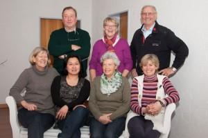 """Foto sitzend v.l.n.r: Almut Claussen, Gini Drews, Ingeborg tadsen, Anke Tadsen Foto stehend v.l.n.r: Günter Frank, Gerda Hansen und Bernhard """"Benne"""" Tadsen"""