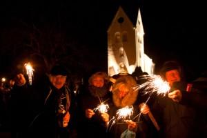 Jahreswechsel vor der Kirche