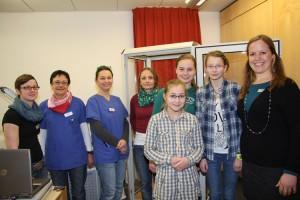 Dr.med.Vogt Mitte mit Team und Schülerinnen der 7 Klasse