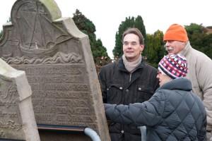 Ingbert Liebing informiert sich über die Grabsteine...
