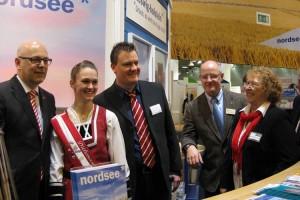 Hoher Besuch am Stand - Ministepräsident Torsten Albig (li)...