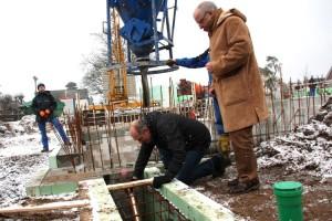 Architekt Peter Heck-Schau versenkt die Kapsel im Fundament