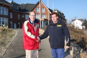 vl. Klinikdirektor Markus Pinaß bedankt sich bei Gemeindewehrführer Andreas Knauer für die gute Zusammenarbeit.