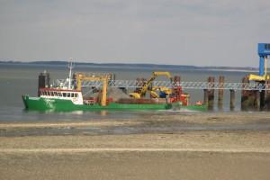 Die Catjan muss ihr Baggergut im Hafenbereich wieder abladen...