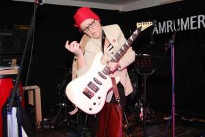 Frau Jaschke hatte so ihre Probleme mit der Gitarre...