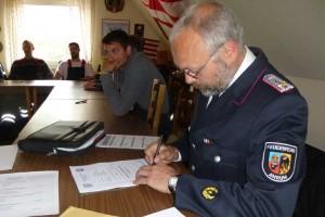Ausbildungsleiter Jens Lucke unterschreibt die Lehrgangsbescheinigungen