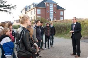 Klinikdirektor Markus D. Pinaß begrüßt die Schülerinnen und Schüler der Öömrang Skuul