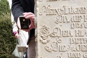 Der QR-Code wird mit dem Handy abgespannt und öffnet eine Informationsseite