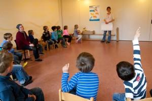 Julia Kruggel spricht mit den Kindern über den Sonnenschutz...