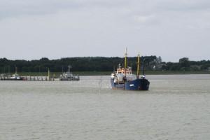 """Saugbagger """"Anke"""" bei der Arbeit vor dem Seezeichenhafen"""