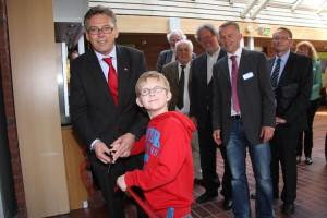 Gemeinsam mit dem neunjährigen CF-Patienten Nils Bober aus Bochum zerschnitt Polkaehn das Band...