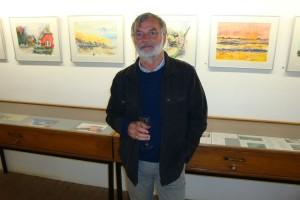 Der Künstler vor seinen Werken