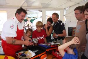 Rettungsmann Rolf Pultz erklärt den umfangreichen Notfallkoffer