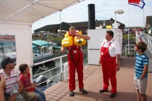 Rettungsmann Lars Jensen demonstriert die Arbeitsweise der Rettungsweste